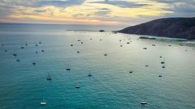 Praia de Avila completamente de barcos de vela fotos de stock royalty free