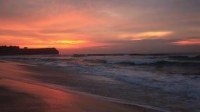 Praia de Balangan no por do sol Bali, Indonésia filme