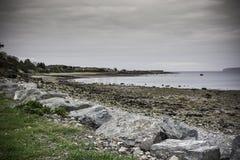 Praia de Beaumaris, Gales norte, Reino Unido Vazio e céu nebuloso fotografia de stock