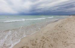 Praia de Bou do filho no meio-dia, em um dia clody, ao sul de Minorca, Menorca, Balearic Island, Espanha Imagem de Stock Royalty Free