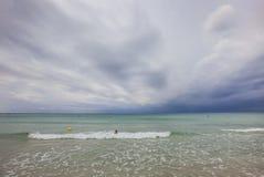 Praia de Bou do filho no meio-dia, em um dia clody, ao sul de Minorca, Menorca, Balearic Island, Espanha Fotografia de Stock