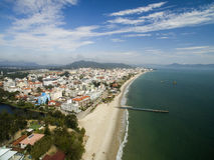Praia de Cachoeiras da vista aérea em Florianopolis, Brasil Em julho de 2017 Imagens de Stock