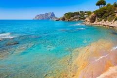 Praia de Cala Pinets na Espanha de Benissa Alicante fotografia de stock