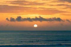 Praia de Carcavelos enchida com muitos surfistas no por do sol, Lisboa, Portugal imagem de stock royalty free