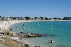Praia de Carnac com windsurfer Imagens de Stock