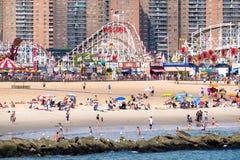 Praia de Coney Island e o parque de diversões de Luna Park em New York Imagens de Stock Royalty Free
