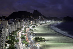 Praia de Copacabana após o crepúsculo em Rio de Janeiro fotos de stock royalty free