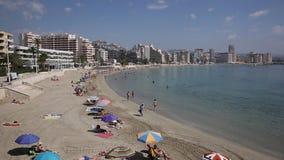 Praia de Costa Blanca no playa Calp da fossa do La de Levante da Espanha com povos vídeos de arquivo