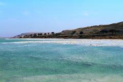 Praia de cristal do sal na costa de Mar Morto, Israel imagem de stock