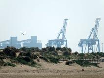 Praia de Crosby no mersyside com guindastes e dunas de areia fotografia de stock royalty free