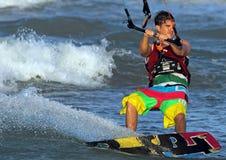PRAIA DE CULLERA, VALÊNCIA, SPAIN-CIRCA AGOSTO DE 2012: Kitesurfer durante Fotografia de Stock Royalty Free