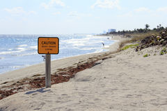 Sinal do cuidado na praia de Dania Imagens de Stock Royalty Free