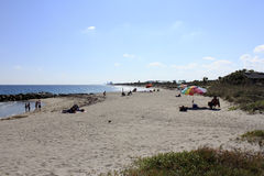 Povos que relaxam na praia de Dania Fotografia de Stock Royalty Free