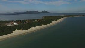 Praia de Daniela da vista aérea, Florianopolis Em julho de 2017 video estoque