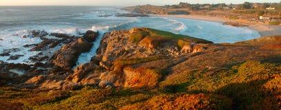 Praia de estado oca do feijão em Califórnia do norte no por do sol imagem de stock