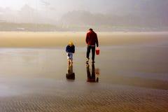 Praia de exploração do pai e da filha na maré baixa Fotos de Stock