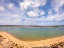 Praia-De Faro, Algarve, Portugal Vogelperspektive auf K?ste von Ozean und von Strand Boote auf Wasser, Brummenansicht stockfotografie