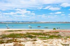 Praia De Faro, o Algarve, Portugal Vista a?rea na costa do oceano e da praia Barcos na ?gua, opini?o do zang?o foto de stock