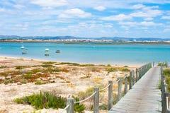 Praia De Faro, o Algarve, Portugal Vista a?rea na costa do oceano e da praia Barcos na ?gua, opini?o do zang?o imagens de stock