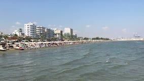 Praia de Finikoudes em Larnaca, Chipre filme