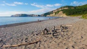 Praia de Fourillon com os penhascos no fundo Imagens de Stock Royalty Free