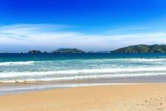 PRAIA DE GERIBA, BUZIOS, RIO DE JANEIRO, BRASIL: Vista panorâmica da praia de Geriba em um dia ensolarado Mar azul com ondas e o  Fotos de Stock Royalty Free