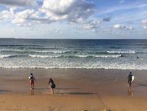 Praia de Gijona em uma Espanha nebulosa do dia de verão imagem de stock royalty free
