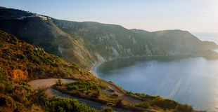 Praia de Grécia-Kefalonia Petani no crepúsculo imagem de stock