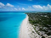 Praia de Grace Bay da foto do zangão, Providenciales, turcos e Caicos fotografia de stock