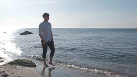 Praia de Guy Walking On The Sea no nascer do sol vídeos de arquivo