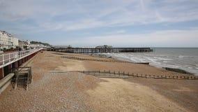 Praia de Hastings e cais East Sussex Reino Unido filme