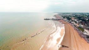 Praia de Hastings e foto de Pier Seaside Coast Aerial View imagem de stock