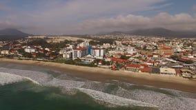 Praia de Ingleses da vista aérea em Florianopolis, Brasil Em julho de 2017 video estoque