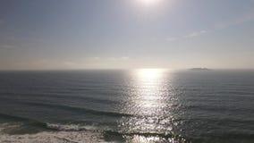 Praia de Ingleses da vista aérea em Florianopolis, Brasil Em julho de 2017 vídeos de arquivo