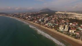 Praia de Ingleses da vista aérea em Florianopolis, Brasil Em julho de 2017 filme