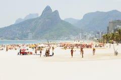 PRAIA DE IPANEMA, RIO DE JANEIRO, BRASIL - EM NOVEMBRO DE 2009: Povos pl Imagem de Stock Royalty Free