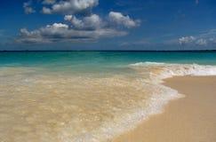 A praia de Jamaica acena a calma foto de stock royalty free