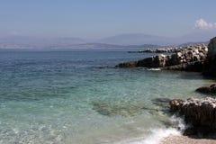 Praia de Kassiopi imagens de stock