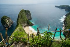 Praia de Kelingking na ilha de Nusa Penida em Bali fotos de stock