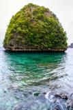 Praia de Krabi e barco na praia bonita, Tailândia da montanha Fotografia de Stock Royalty Free