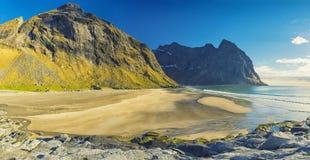 Praia de Kvalvika nas ilhas de Lofoten, Noruega Fotos de Stock