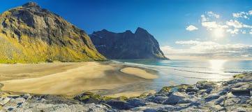 Praia de Kvalvika nas ilhas de Lofoten, Noruega Fotografia de Stock Royalty Free