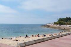 Praia de Laje em Oeiras, Portugal fotografia de stock