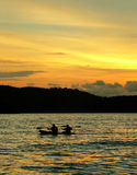 Praia de Langkawi. Caiaque/canoa no por do sol Foto de Stock