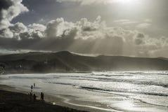 Praia de Las Canteras com a vista sobre o auditório fotografia de stock