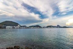 Praia de Leme e de Copacabana em Rio de janeiro que negligencia o naco de açúcar no por do sol fotografia de stock royalty free