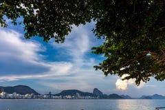 Praia de Leme e de Copacabana em Rio de janeiro que negligencia o naco de açúcar no por do sol imagem de stock royalty free