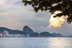 Praia de Leme e de Copacabana em Rio de janeiro que negligencia o naco de açúcar no por do sol imagens de stock