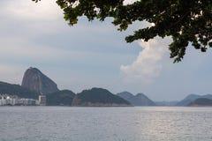 Praia de Leme e de Copacabana em Rio de janeiro que negligencia o naco de açúcar no por do sol foto de stock royalty free
