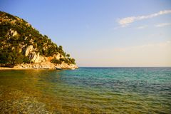 Praia de Limnonari, Skopelos, Grécia imagem de stock